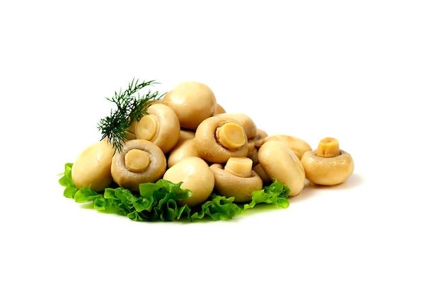 절인 버섯, 흰색 테이블에 절인 버섯, 가로 복사 spase.