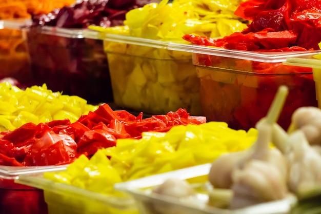 절인 양파 비트 뿌리 당근 아스파라거스와 길거리 시장의 다른 야채