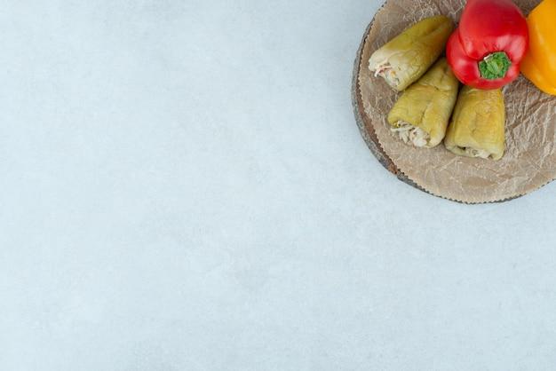 Маринованный перец, фаршированный ферментированными овощами и болгарским перцем.