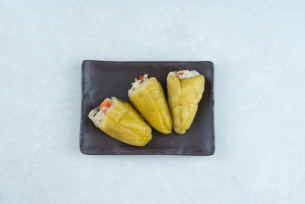 Маринованный перец с начинкой из квашеных овощей.