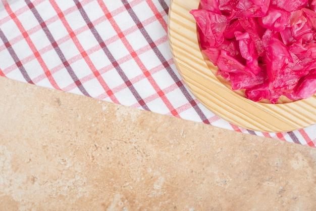Cavolo rosso marinato sul piatto di legno