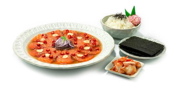 鮭の漬物韓国醤油マリネ韓国料理スタイルキムチ、海苔、ご飯のレシピサイドビュー
