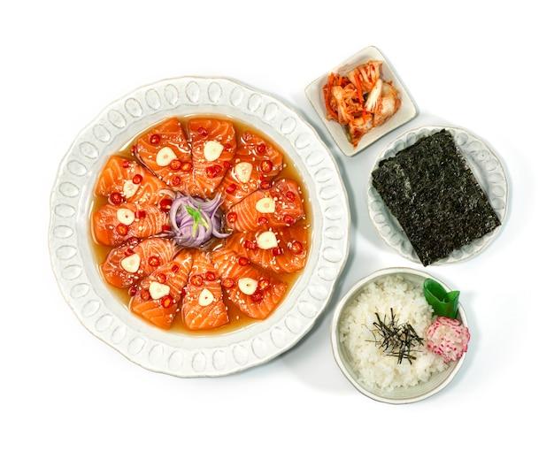 鮭の漬物韓国醤油マリネ韓国料理スタイルキムチ、海苔、ご飯のレシピトップビュー