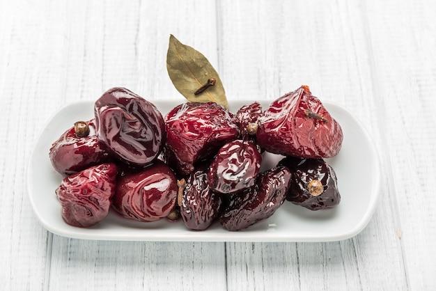 허브를 곁들인 식초 기반 매리 네이드에 절인 매실