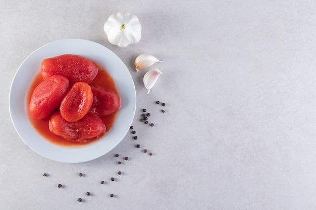トマト野菜のピクルスと新鮮なニンニクとペッパーコーン。