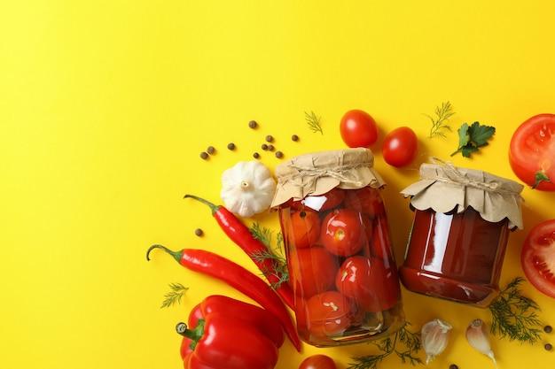 절인 토마토와 재료 노란색
