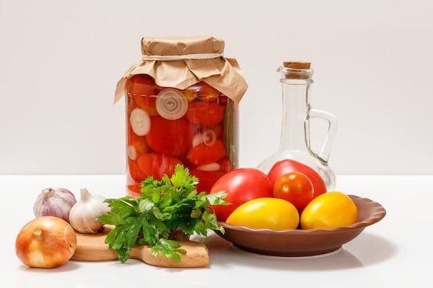 식탁에 있는 유리병에 절인 토마토.