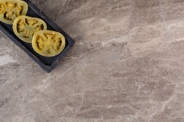 石のテーブルに置いたトマトのピクルス。