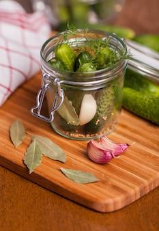 Sottaceti con aglio e trapano in un barattolo di vetro