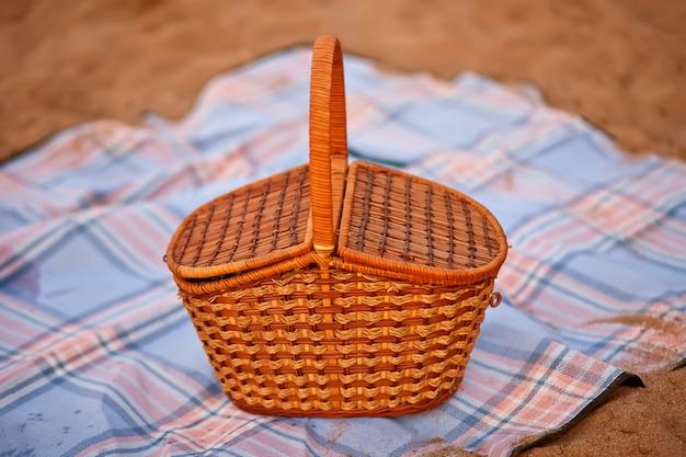 ビーチの格子縞のピクニックバスケット。