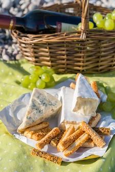 ワイン、チーズ、ブドウのピクニックバスケット