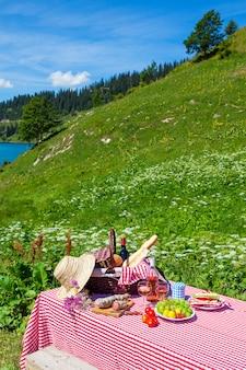 湖のあるフランスアルプスでのピクニック