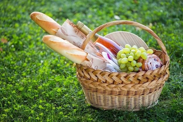 牧草地でのピクニック