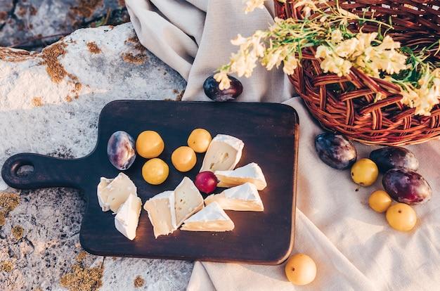 晴れた日の屋外でのピクニックランチとチーズブリーチーズ