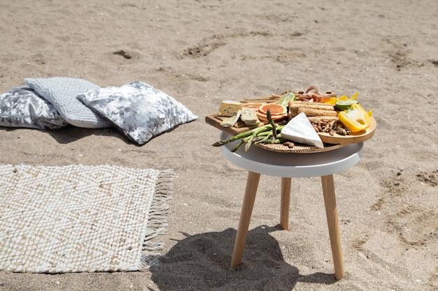 Пикник на песчаном морском пляже. концепция отпуска и отпуска.
