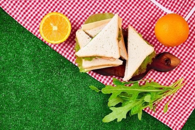 草の上のピクニック。