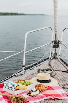 Пикник на яхте в летнее время