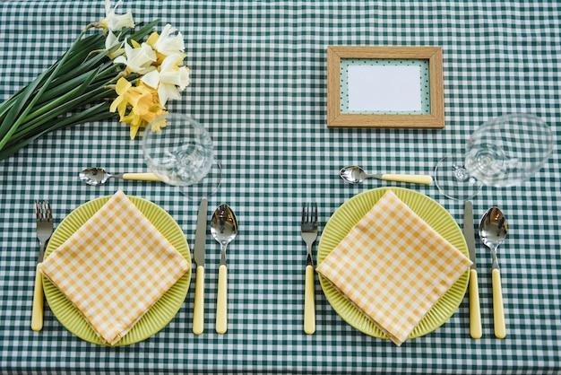 ピクニックセット。ロマンチックなデート。家族の週末。緑のセル。植木鉢。テキストまたは写真のフレーム。ボトル用カバー。カトラリー
