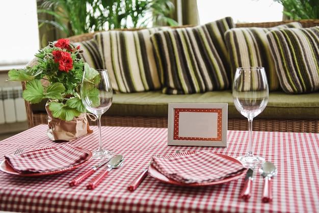 ピクニックセット。ロマンチックなデート。家族の週末。赤のセル。植木鉢。テキストまたは写真のフレーム。ボトル用カバー。カトラリー