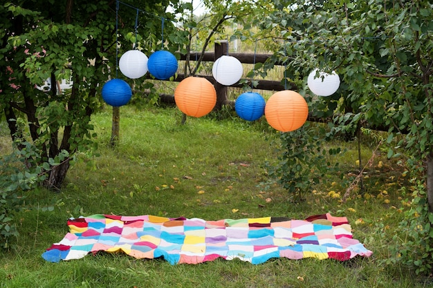格子縞と提灯で屋外のピクニック設定