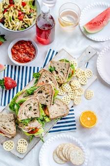 まな板の上のピクニック全粒粉サンドイッチ