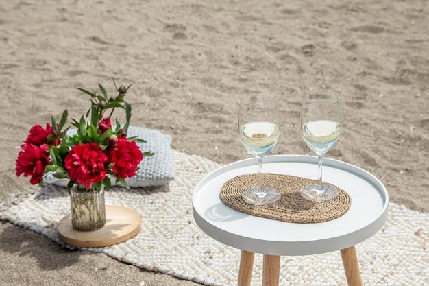 꽃과 함께 피크닉과 샴페인 한 잔. 휴일의 개념.