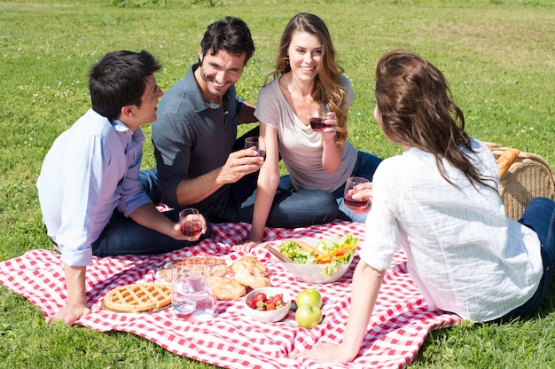 公園で友達とピクニック
