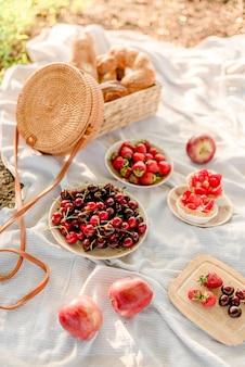 Пикник с фруктами и ягодами