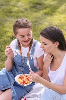 ピクニック。公園の女性