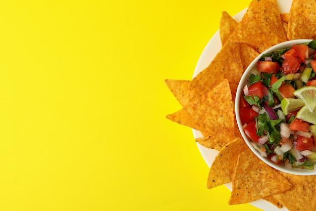 ピコデガロと黄色の背景のチップ