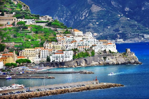 Живописный прибрежный город амальфи, италия