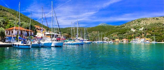 ギリシャのイオニア諸島、レフカダ島の絵画漁業村sivota