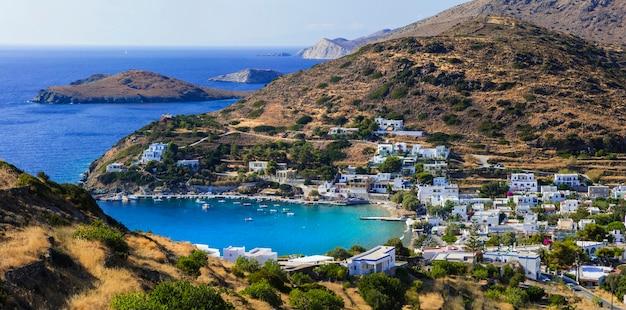 키니 마을과 syros 섬의 해변의 그림보기.