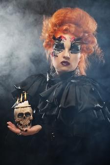 頭蓋骨を持つ美しいファンタジーの女性を想像してみてください。ハロウィーンのテーマ。パーティーのテーマ。
