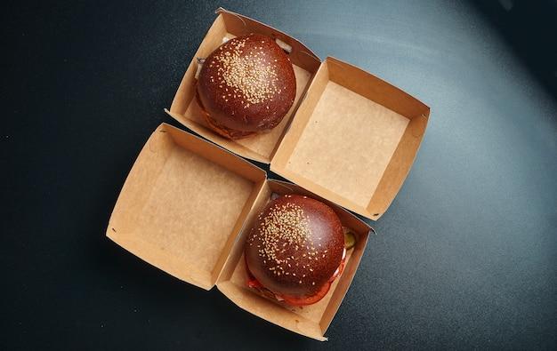 食品配達のための画像のコンセプト。段ボール箱のハンバーガー。上面図