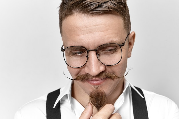 Immagine dell'amministratore delegato di successo alla moda che indossa occhiali da vista, bretelle e camicia bianca