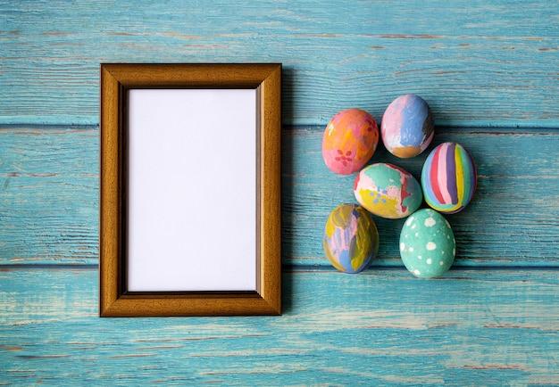 Рамка рисунка и красочные пасхальные яйца. концепция праздничных пасхальных праздников.