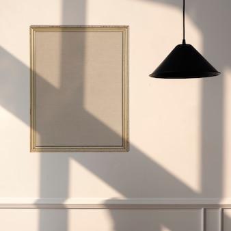 Рамка для картины висит на стене