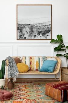 Рамка для картины висит на стене богемный дизайн интерьера