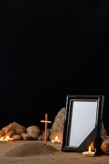 돌 양초와 어두운 표면에 작은 무덤 액자