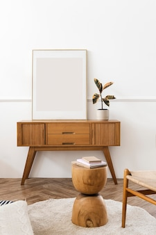 Cornice per foto su un tavolo credenza in legno