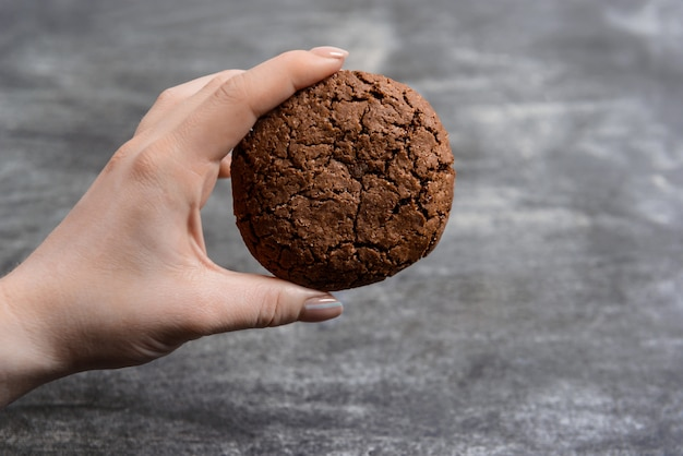 Picture of hands hold chocolate cookies