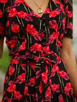 赤い花が付いた黒いドレスの写真