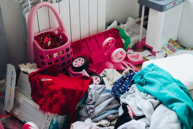 엉망진창이있는 소녀의 어린이 방 사진