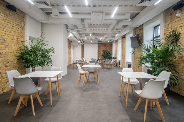 Картина красивого современного офиса с белой мебелью
