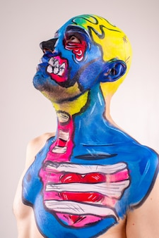 分離された塗られた頭と肩を持つ趣のある男性の写真。
