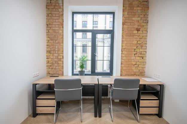Изображение комнаты с деревянной мебелью