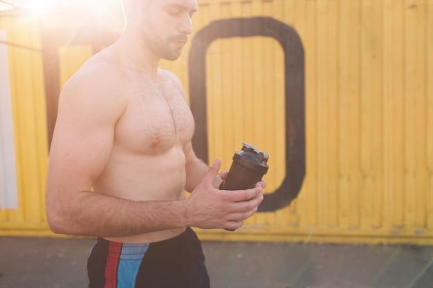 トレーニング後の若いアスリート男性の写真