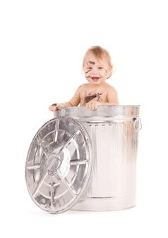 쓰레기통에있는 사랑스러운 아기의 그림