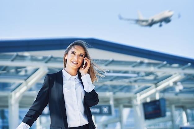 Изображение взрослого пассажира женского пола в аэропорту
